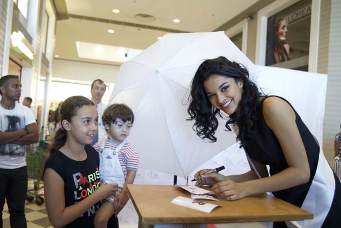 Miss Réunion en dédicaces au Carrefour de Saint-Pierre
