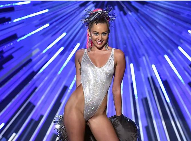Miley Cyrus: festival de topless et de grand n'importe quoi!