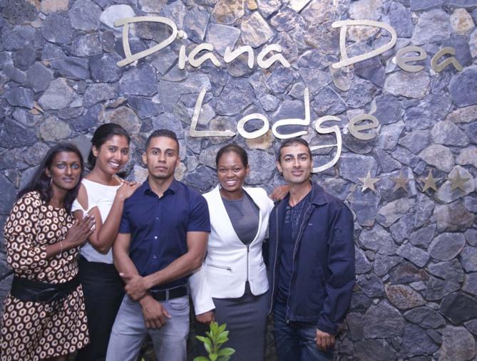 Les équipes de réception et de maintenance du Dian Dea Lodge