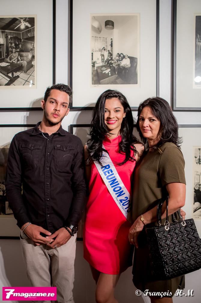 Azuima avec son frère Wakil et sa maman Claudia