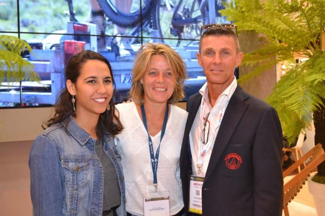 Maeva Oyhagaray, Sandrine Roux de la FFF (Fédération Française de Football), et Alain Joineau, président du club des supporters du PSG à La Réunion