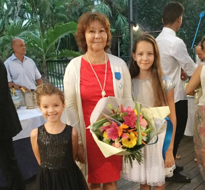 Ginette Azélie en compagnie de ses petites filles filles.