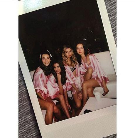 Pauline à gauche entourée de merveilleux mannequins roses à croquer!