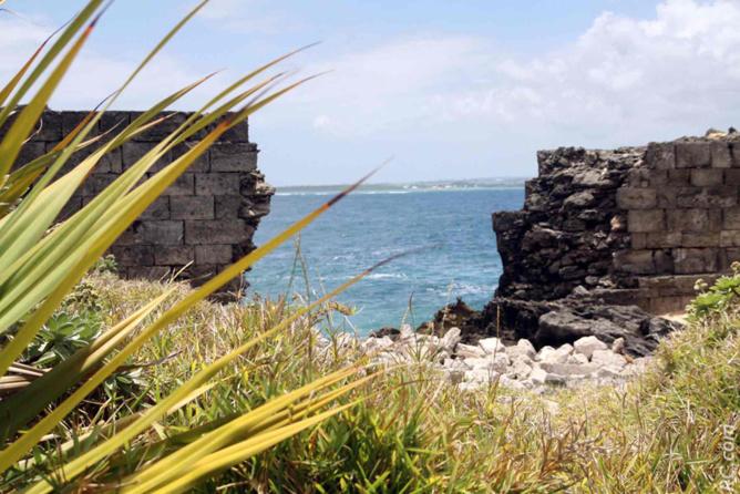 Un mur éventré, avec vue sur l'île Maurice