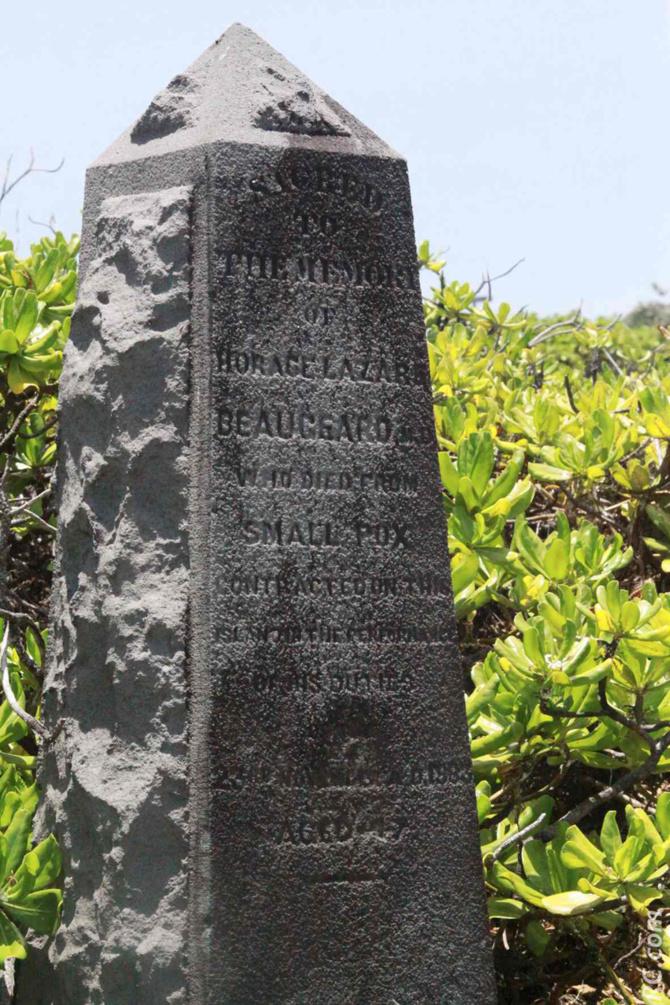 Une stèle avec des noms de personnages qui ont marqué l'histoire de cet endroit