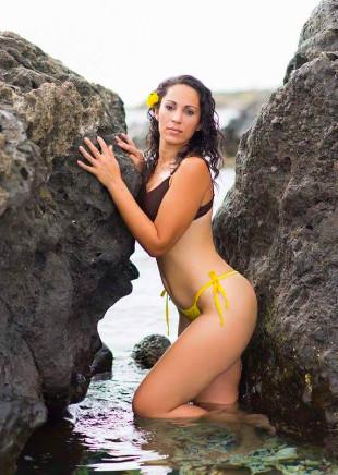 Elle aime poser dans différents endroits de l'île
