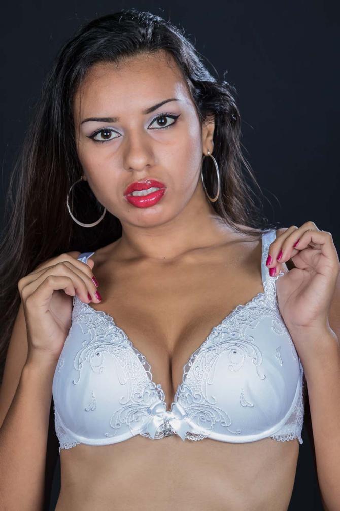 2.Maïthée adore porter de beaux dessous, elle les porte bien!