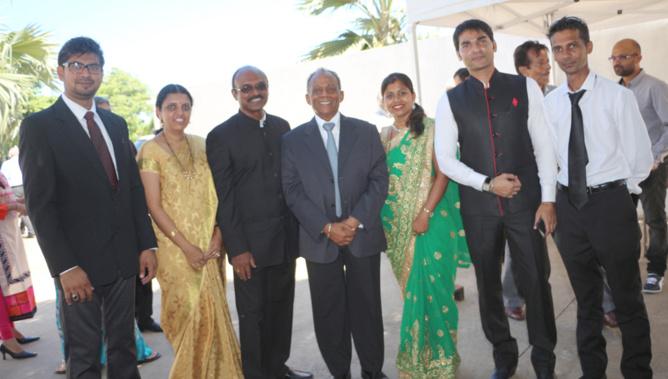Gilbert Annette, le maire de Saint-Denis, avec l'équipe du Consulat de l'Inde