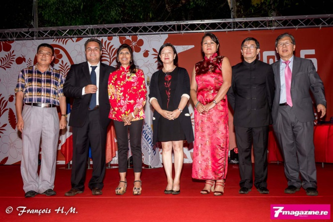 Didier Robert, Nassimah Dindar, Guo Wei (en noir), avec les responsables des associations chinoises de l'île