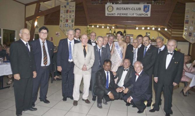 Les membres du Rotary Club Saint-Pierre/Le Tampon, avec le Gouverneur et avec Miss Réunion