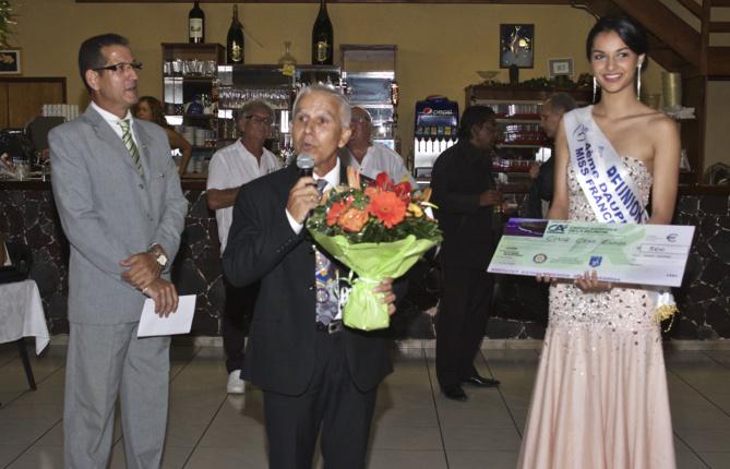 Azuima Issa a reçu des mains de Jean-Pierre Hoarau un bouquet de fleurs et un chèque pour une association