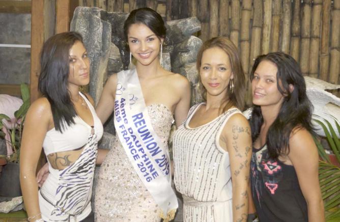 Azuima avec Mélissia et ses élèves de pole dance qui ont effectué une démonstration