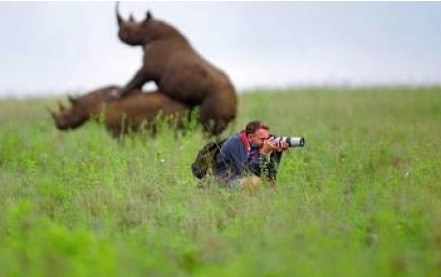 Le photographe absorbé par sa photo ne voir pas la scène derrière lui...