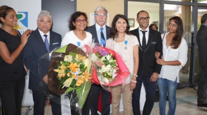 Issop et Tayeba Moullan, Philippe Nativel, 1er vice-président de l'Ordre National du Mérite, Nassimah Dindar, présidente du Conseil Départemental, entourés des enfants Moullan