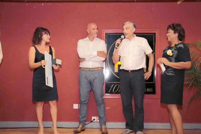 Daniel Kiefer et Alberto Romanisio, les dirigeants d'Allianz Ark'Assur, ont remis le Prix Eco-Citoyen, et offert des mois d'assurance à toutes les lauréates