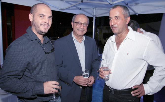 Rafick Cassam-ChenaÎ (au centre) et des invités