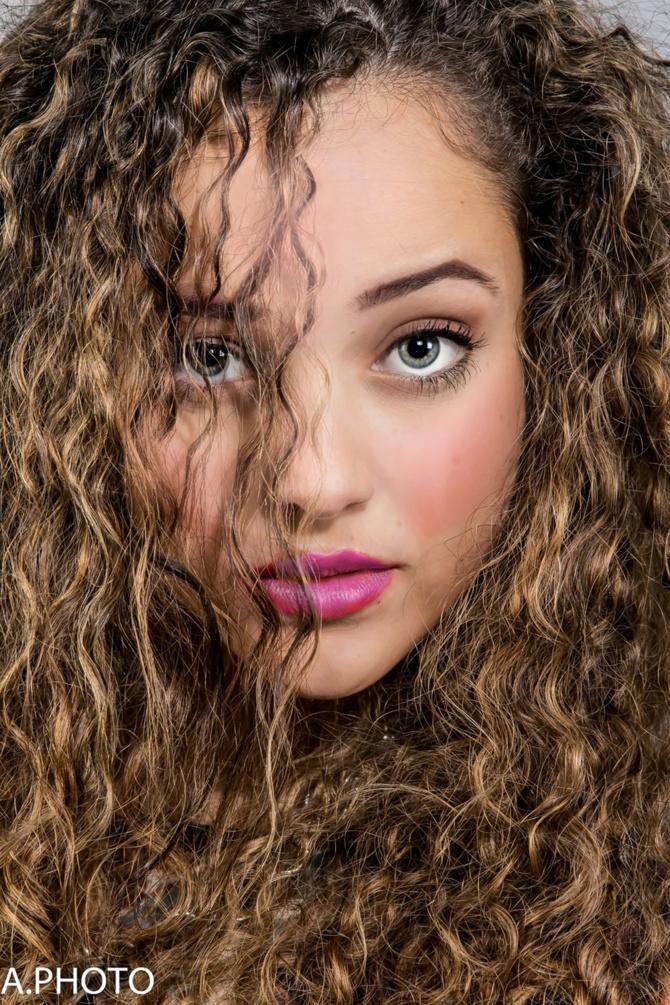 Alice Dijoux<br>Jeune, belle, et des talents de chanteuse!