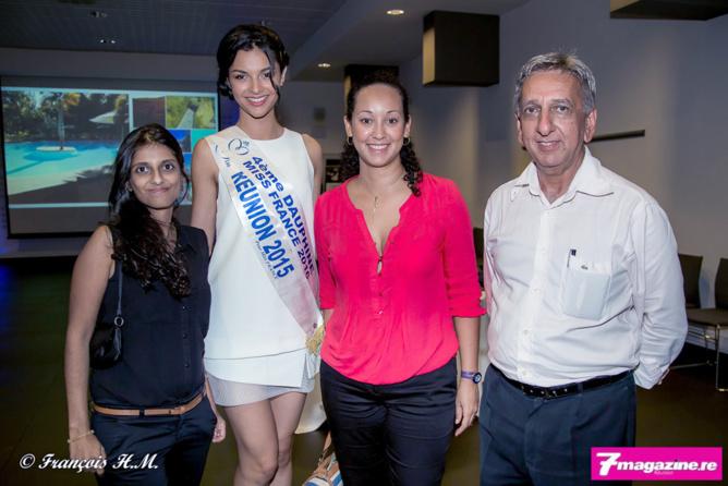 Nassimah Omarjee et sa collègue du sevice Publicité d'Antenne Réunion avec Azuima Issa et Aziz Patel