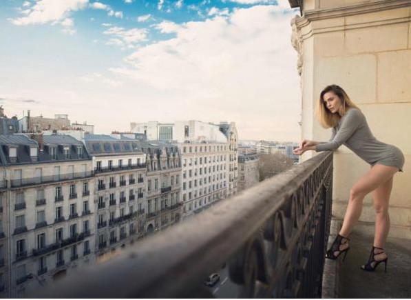 Clara Morgane très sexy sur le balcon