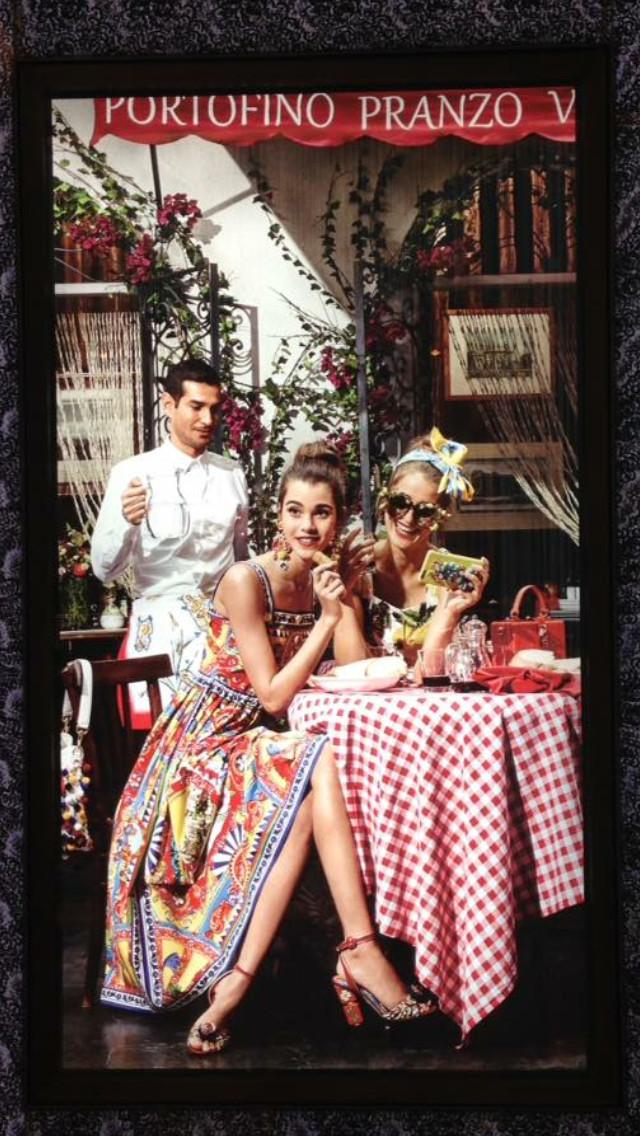 Dans une boutique à Bangkok, Pauline Hoarau pour la campagne printemps été Dolce & Gabbana