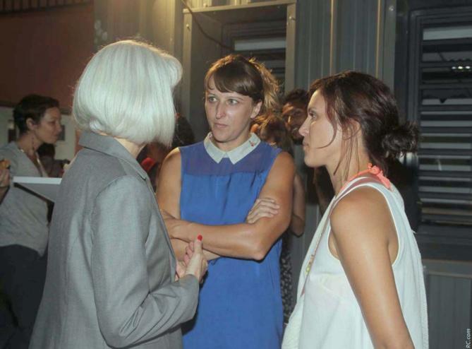 La proviseure en discussion avec Isabelle Kuraszewski et Julie Revers, 2 professeures de BTS Design de Mode, organisatrices du défilé de mode