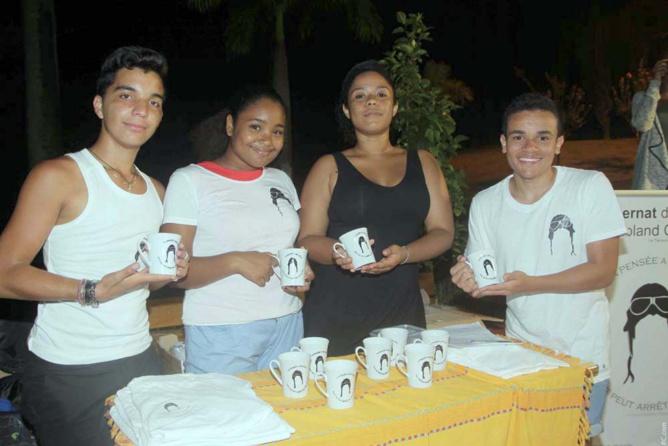 Expo Internat de la Réussite: mugs et tee-shirts préparés par les internes
