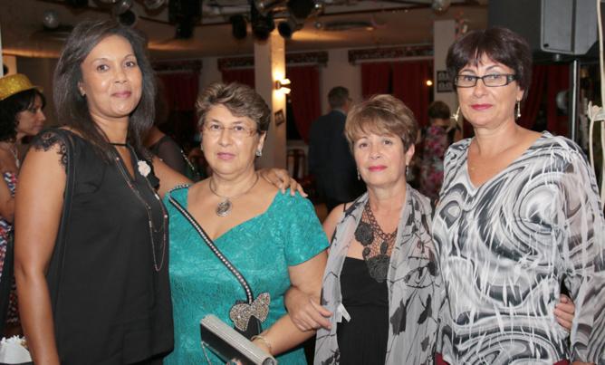 Roxanne, présidente du Lions Club Niagara Sainte-Suzanne, Martine, membre de son club, et des amies