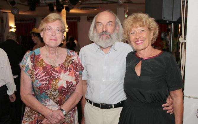 Anne-Marie Casterez du LC Savannah Alamanda, avec son ami et une amie