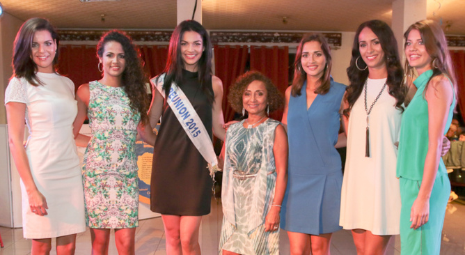 """Marie-Annick Boucher au milieu des Miss: """"Avec cette photo, on m'a surnommée Mimie Mathy"""" dit-elle en rigolant. Mais non Marie-Annick, c'est elles qui sont très grandes!"""