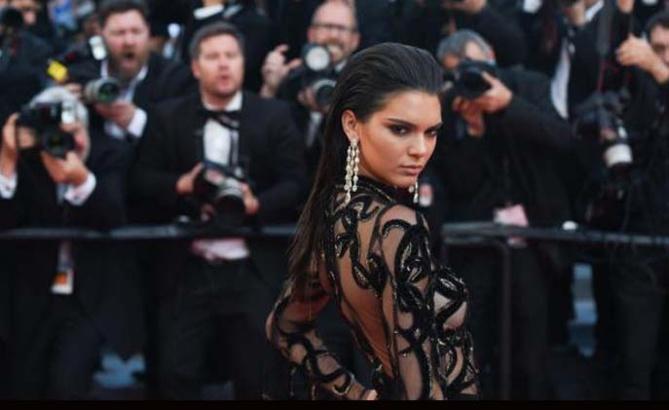 Kendall Jenner: montée des marches en robe transparente