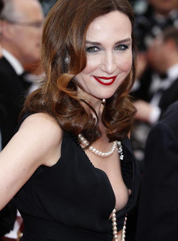 Accident de décolleté pour Elza Zylberstein à Cannes