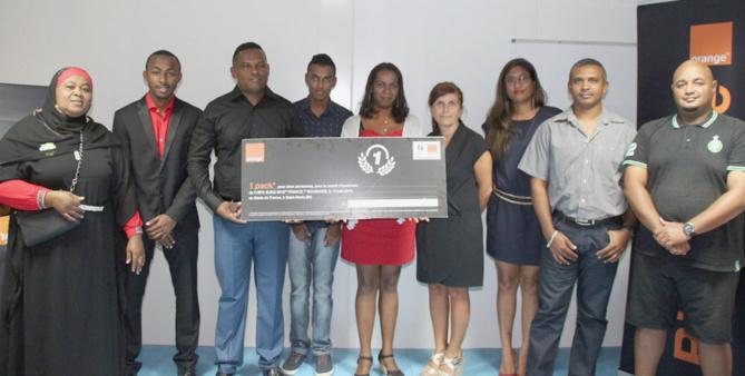 Les gagnants des jeux avec Mireille Helou, directrice générale Orange Réunion Mayotte