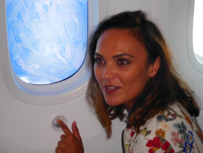 Valérie Bègue découvre les hublots lumineux du Dreamliner