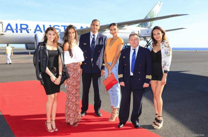 Rachel Legrain-Trapani, Malika Ménard, Flora Coquerel et Valérie Bègue aux côtés des pilotes d'Air Austral
