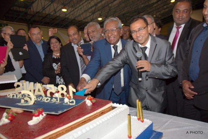 Le gâteau des 185 ans coupé à deux mains!