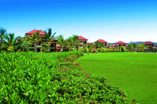 Un jardin particulièrement bien entretenu, que dominent les bungalows au toit rouge