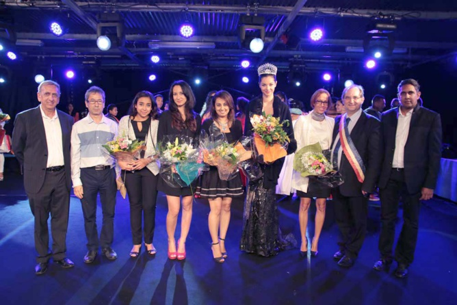 Un beau bouquet a été offert par les organisateurs aux femmes présentes dans le jury