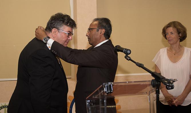 Roland Le Carff reçoit le collier des mains de Gilbert La Porte