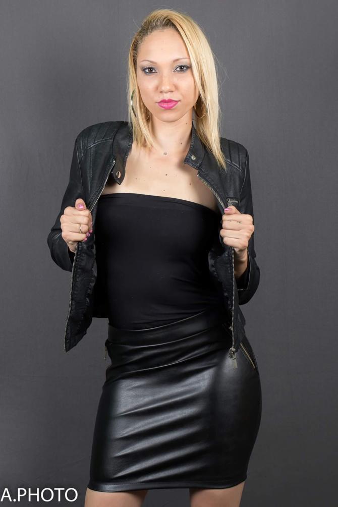 Blonde, yeux marrons, beau sourire,... c'est Huldah!