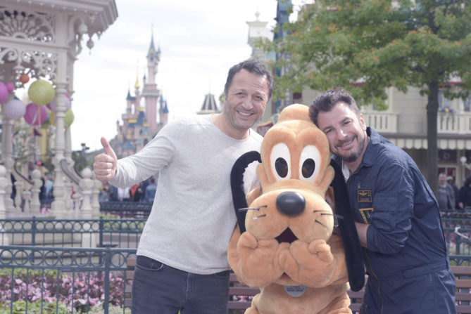 Arthur et Michaël Youn avec leur ami Pluto