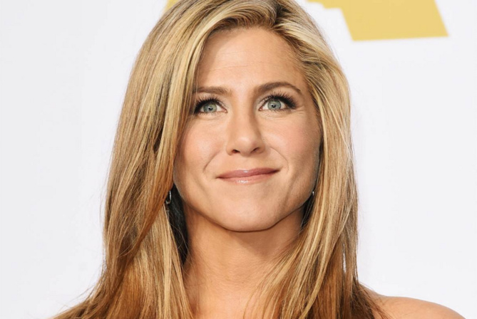 Jennifer Aniston fustige la presse people