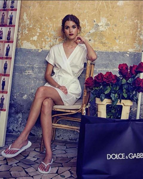En Dolce & Gabbana et savates 2 doigts!