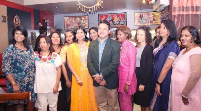 Le Consul de l'Inde avec les dames invitées pour le lancement de la nouvelle association