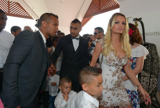 L'arrivée de Dimitri Payet et de son épouse Ludivine avec deux de leurs trois garçons Milan et Noa