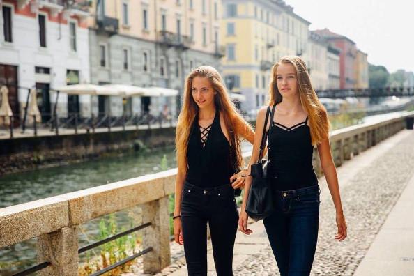 Chiara Leone la Chilienne et Leia Matagne la Réunionnaise dans les rues de Milan