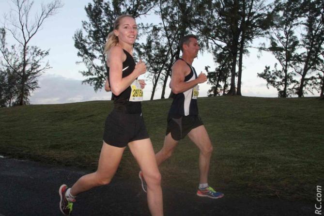 Patricia Terkuil est arrivée en retard sur la ligne de départ. Elle a remonté plein de monde pour finalement prendre la deuxième place du semi-marathon, derrière Isabelle Laude. Bravo Madame!