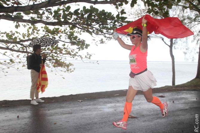 Zhang Qing, qui vient de Chengdu (Chine), a donné une belle image de joie de vivre. Elle a couru et est arrivée fièrement avec son drapeau et elle a aussi dansé le maloya. Congratulations!