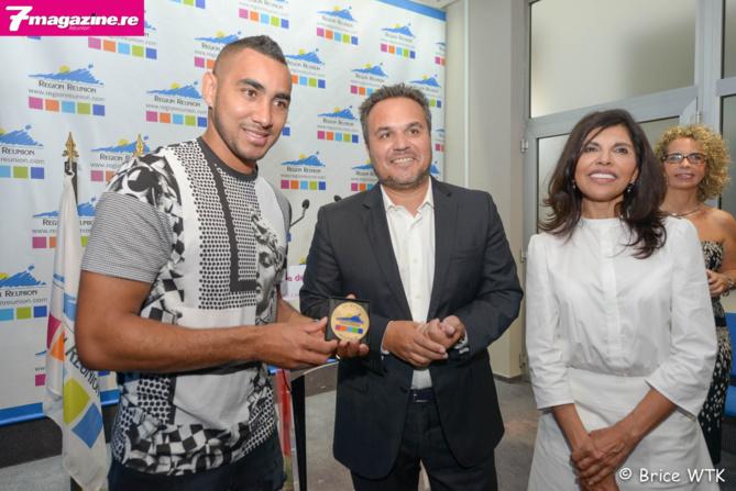 Dimitri Payet et sa médaille avec Didier Robert et Nassimah Dindar
