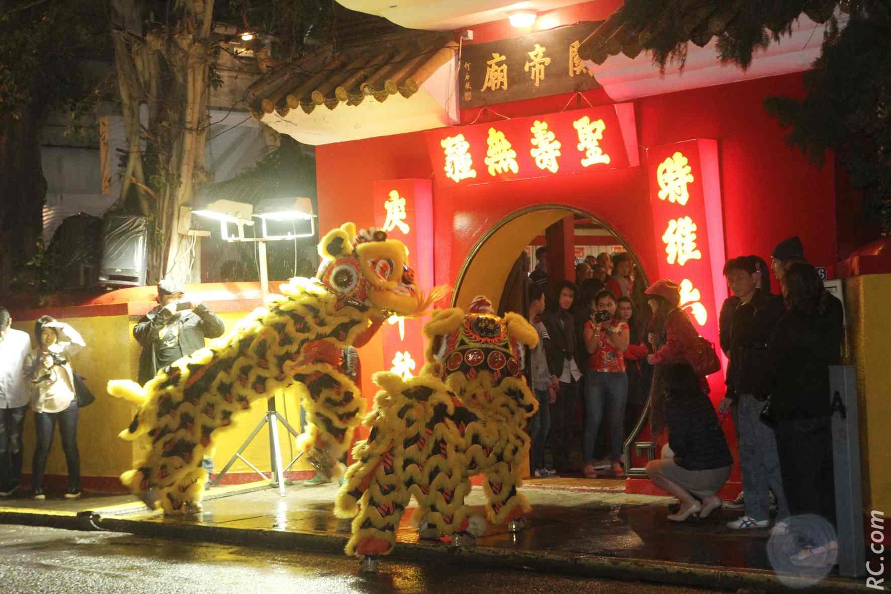 Les lions vont pénétrer dans le temple, c'est le début des festivités