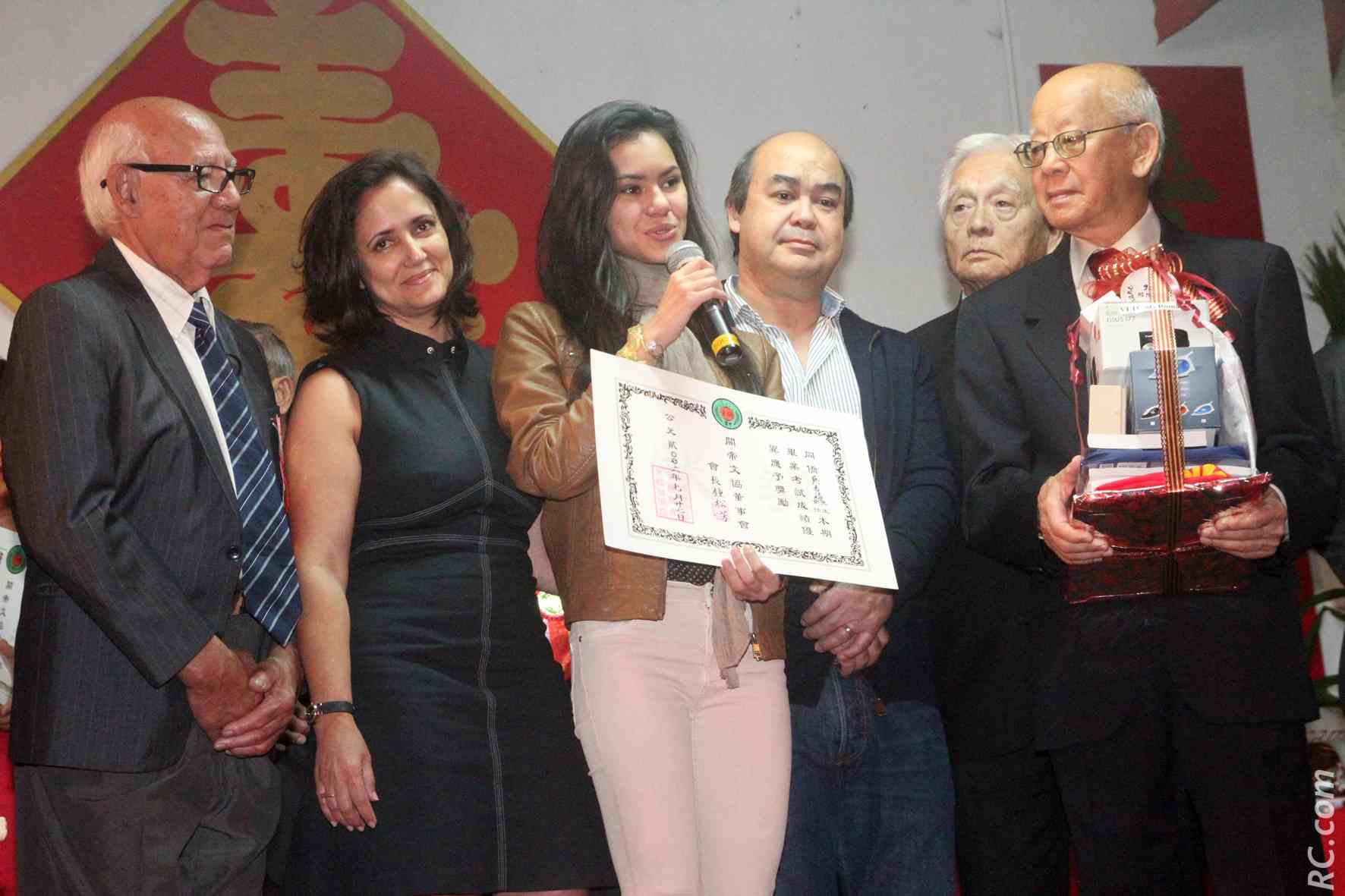La jeune Romane Vi-Tong entourée de ses parents, de son grand-père Georges Vi-Tong, de Gérard Ah-Chine et Roland Ah-Hot, respectivement ancien et nouveau président de l'association Guandi
